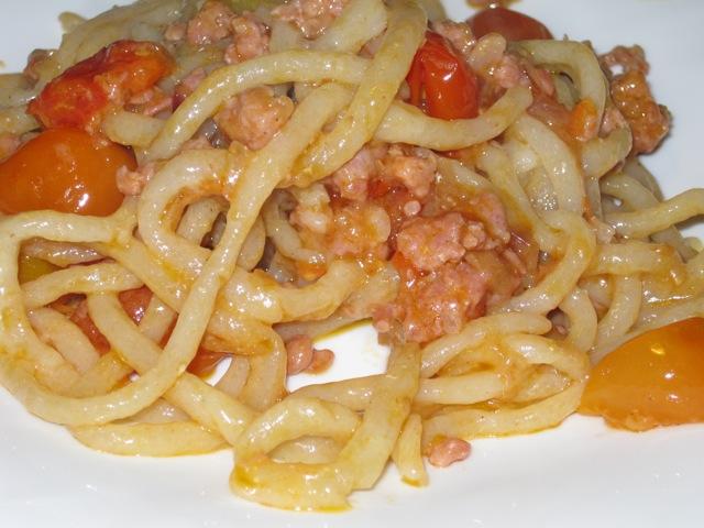 Pici con sugo di salsiccia e pomodorini