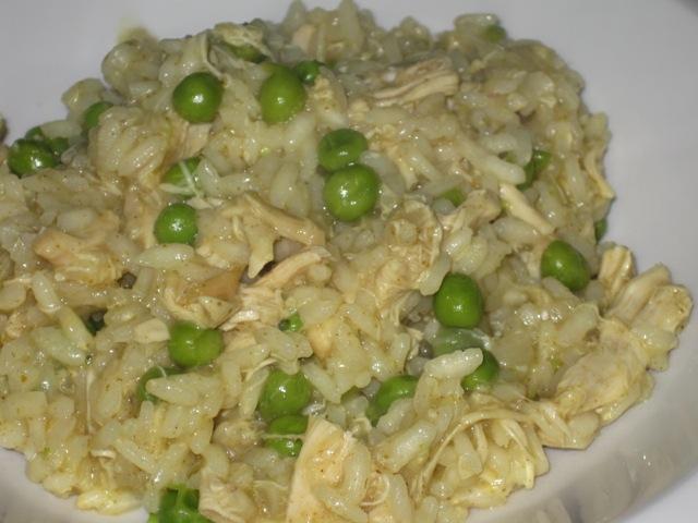 Risotto al curry con pollo e piselli